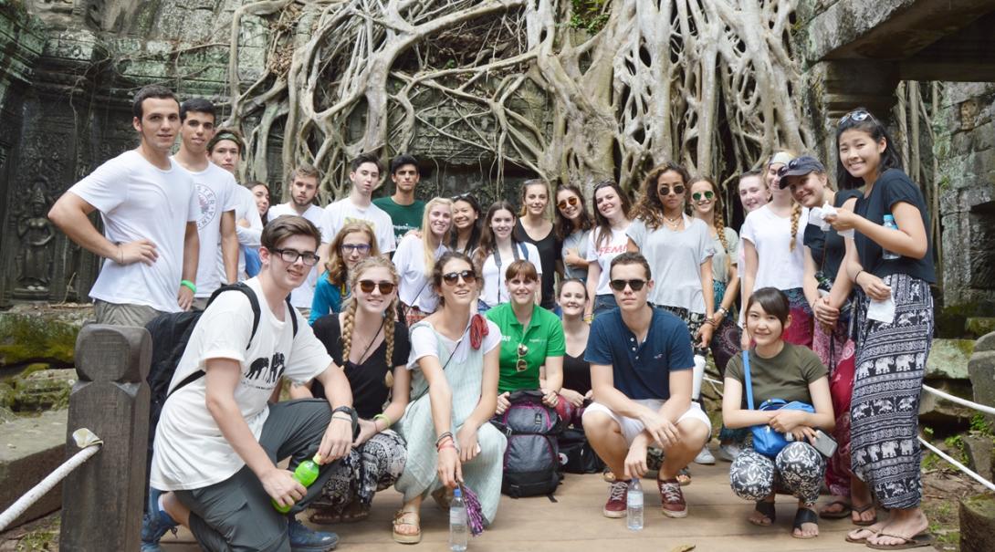週末にカンボジアのタ・プロームを訪れた高校生ボランティア